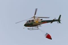 Helicóptero del rescate del fuego, con el compartimiento de agua Fotografía de archivo