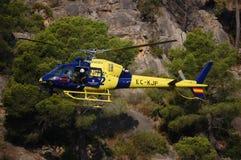 Helicóptero del rescate en la acción completa de la búsqueda Imagen de archivo libre de regalías