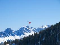 Helicóptero del rescate en las montan@as suizas Fotografía de archivo libre de regalías