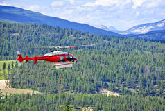 Helicóptero del rescate en montañas Fotografía de archivo libre de regalías