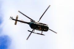 Helicóptero del rescate, según lo visto de debajo Foto de archivo