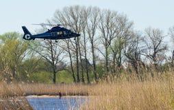 Helicóptero del rescate un hombre fuera del agua Imágenes de archivo libres de regalías
