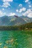 Helicóptero del rescate y lago hermoso en alto Tatra Imagen de archivo