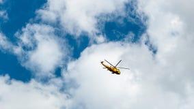 Helicóptero del resuce de Sea King que vuela sobre Suffolk, Inglaterra, Reino Unido Imagen de archivo libre de regalías
