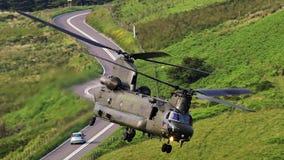 Helicóptero del transporte de Boeing CH-47F Chinook en vuelo foto de archivo