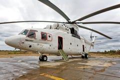 Helicóptero del transporte de Mi-26T El mundo más grande y helicóptero carga-que lleva parqueado en el aeropuerto en el pueblo de fotos de archivo