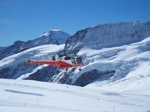Helicóptero del vuelo en la tapa de Jungfrau de Europa Fotos de archivo libres de regalías