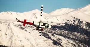 Helicóptero depositado na frente das montanhas imagem de stock royalty free