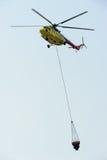 Helicóptero do salvamento do fogo com cubeta de água Fotos de Stock Royalty Free