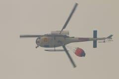 Helicóptero do salvamento do incêndio, com cubeta de água Fotografia de Stock Royalty Free