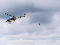 Helicóptero e quadrocopter militares na exposição em Riga, Letónia foto de stock royalty free