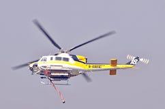 Helicóptero: El llevar del agua Imagen de archivo