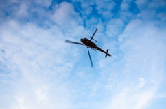 Helicóptero en el cielo con las nubes Fotos de archivo libres de regalías