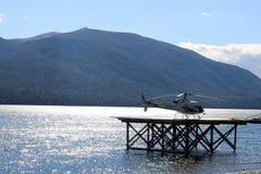 Helicóptero en el cojín de aterrizaje, lago Te Anau, Fiordland imagen de archivo libre de regalías