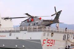 Helicóptero en el Frigata Virginio Fasan Foto de archivo libre de regalías