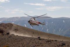 Helicóptero en el ksudach del volcán imágenes de archivo libres de regalías