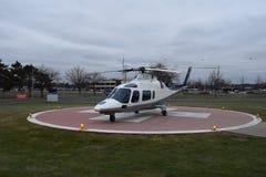 Helicóptero en helipuerto con el médico Sign imagen de archivo