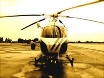 Helicóptero en la pista de despeque Fotografía de archivo libre de regalías