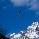 Helicóptero en las montañas Foto de archivo