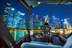 Helicóptero en Marina Bay Waterfront fotos de archivo