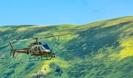 Helicóptero en montañas Fotos de archivo