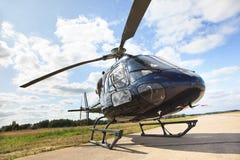 Helicóptero en pista de aterrizaje imagenes de archivo