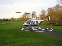 Helicóptero en un campo de golf Fotos de archivo libres de regalías
