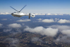 Helicóptero en vuelo sobre una vista panorámica de las montañas de Tatra imagenes de archivo