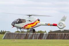 Helicóptero espanhol de Eurocopter EC-120B Colibri da força aérea da equipe da exposição de Patrulla Aspa que executa uma exposiç Fotos de Stock