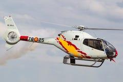 Helicóptero espanhol de Eurocopter EC-120B Colibri da força aérea da equipe da exposição de Patrulla Aspa que executa uma exposiç Imagens de Stock