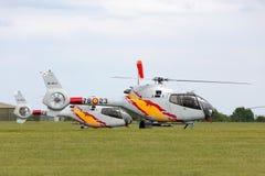 Helicóptero espanhol de Eurocopter EC-120B Colibri da força aérea da equipe da exposição de Patrulla Aspa que executa uma exposiç Fotos de Stock Royalty Free