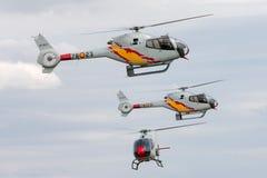 Helicóptero espanhol de Eurocopter EC-120B Colibri da força aérea da equipe da exposição de Patrulla Aspa que executa uma exposiç Foto de Stock Royalty Free