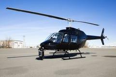 Helicóptero estacionado no lote do aeroporto. imagens de stock royalty free