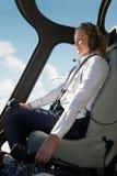 Helicóptero fêmea de In Cockpit Of do piloto durante o voo foto de stock