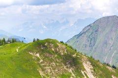 Helicóptero médico azul que vuela sobre las montañas cerca de Wildenkarkogel, Saalbach, Austria Imagen de archivo libre de regalías