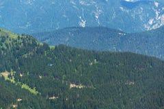 Helicóptero médico azul que vuela sobre las montañas cerca de Wildenkarkogel, Saalbach, Austria Fotografía de archivo