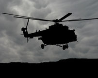 Helicóptero MI-17 no céu nebuloso Imagem de Stock