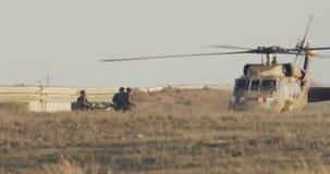 Helicóptero militar de BlackHawk durante uma missão de resgate em uma base video estoque