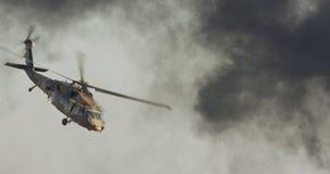 Helicóptero militar de BlackHawk durante uma missão de resgate em uma base filme