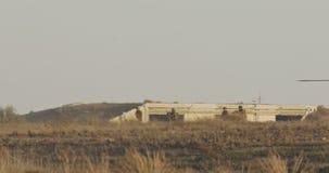 Helicóptero militar de BlackHawk durante una misión de rescate en una base almacen de video