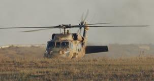 Helicóptero militar de BlackHawk durante una misión de rescate en una base almacen de metraje de vídeo