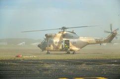 Helicóptero militar durante la evacuación fotografía de archivo