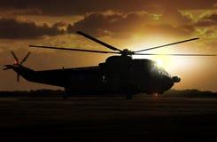 Helicóptero militar en el campo de aviación fotos de archivo