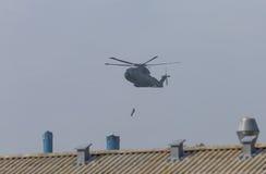 Helicóptero militar en la acción Imágenes de archivo libres de regalías