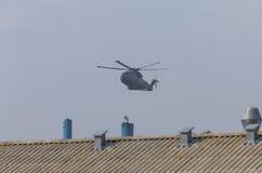 Helicóptero militar en la acción Imagenes de archivo