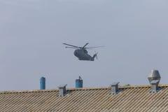 Helicóptero militar en la acción Foto de archivo libre de regalías