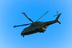 Helicóptero militar en vuelo Imagen de archivo libre de regalías
