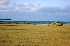 Helicóptero militar no campo imagem de stock royalty free