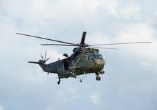Helicóptero militar que asoma Imagen de archivo libre de regalías