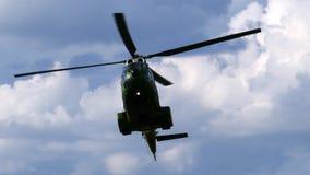 Helicóptero militar que hace demostraciones almacen de video